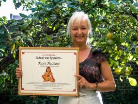 Karin Heirbaut met Ayurvedisch diploma